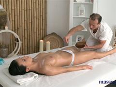 Релаксирующий массаж для брюнетки