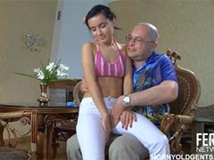 Русский дядя приласкал одинокую пацанку