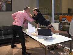 Озорная секретарша забралась на член шефа