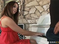 Пианистка Chanel Preston репетирует с членом во рту