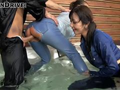 Секс втроем в мокрых джинсах