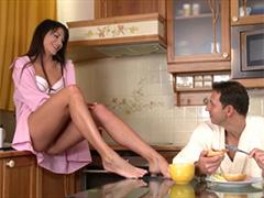 Предложила себя на завтрак любовнику
