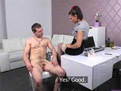 Агентша поставила член зажатому незнакомцу