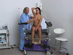 Седой доктор тащится от молоденькой клиентки