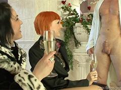 Согрел незнакомок горячим сексом