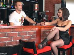 Одинокая девчуля флиртует с барменом