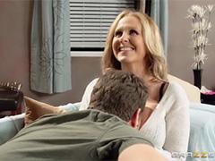Шаловливая мамка друга желает секса