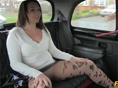 Таксист распластал обаятельную пассажирку
