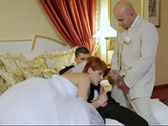 Похотливая рыжая невеста спит и видит секс втроем