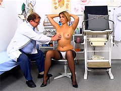 Доктор шалунишка осматривает пациентку