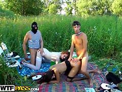 Вдули девкам рачком на зеленой лужайке