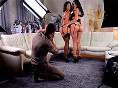Девки шалят с фотографом в мастерской