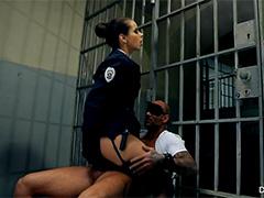 Тюремная надзирательница трахается с заключенным