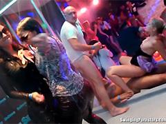 Пьяные мокрые девки зажигают в порноклубе