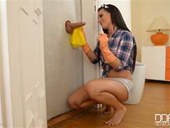 Домохозяйка нашла член в стене за дверью