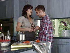 Мужик накормил домохозяйку горячей спермой