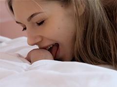 Красавица Анжелика заигрывает со спящим другом