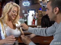 Сочную блондинку перц трахает в баре