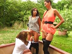 Три модельки оттягиваются на зеленой лужайке
