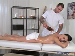 Страстный массаж для приятной брюнетки