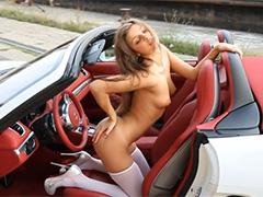 Молодая звездулька позирует в кабриолете