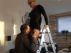 Быстро чпокнул сексуальную домохозяйку
