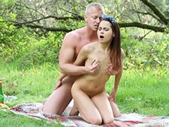 Сексуальный пикничок с любимой на лужайке