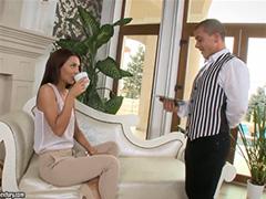 Очаровательная хозяйка утешается с безотказным дворецким