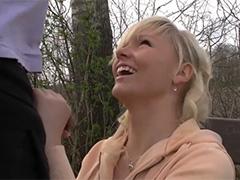 Шаловливая блондинка нарвалась на член в попку