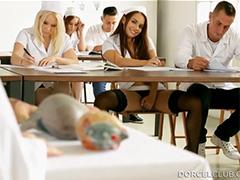 Будущая медсестра шалит на уроке с преподом