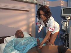 Чумовые секси медсестрички желают черный член этого парня