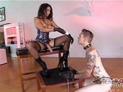 Стерва с резиновым членом изощренно трахает своего раба