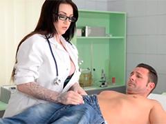 Пациент сбросил сперму на сиськи врачихи