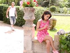Лысый шалун ворует девку в парке и жадно имеет ее в кустах