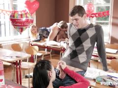 Озорные студенты отмечают день Святого Валентина голыми на партах