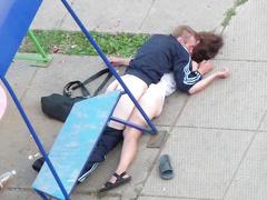 Пьяные чудики шалят под окнами многоэтажки