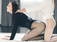 Девица с резиновым членом похотливо трахает подружку