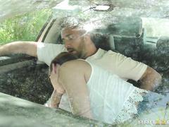 Студентка автошколы сдает вождение с членом инструктора в руках