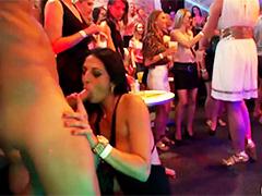 Домохозяйки в ночном клубе пристают к стриптизерам