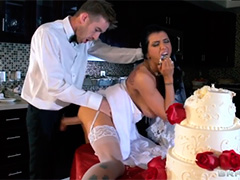 Невеста без трусов трахается рядом со свадебным тортом