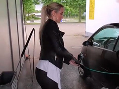 Комплексно обслужила мужичка на автомойке