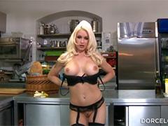 Блудливая кухарка обожает тайно трахаться с двумя мужиками