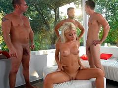 Загорелая блондинка страстно развлекается с тремя концами