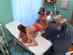 Доктор затейник складывает девок штабелем в своем кабинете