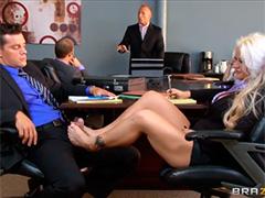 Похотливые офисные клерки трахаются на совещании