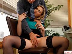 Привлекательная секретарша страстно желает пошалить в офисе