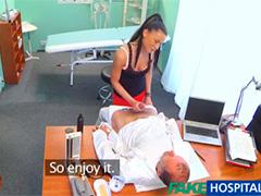 Навязчивая дамочка все таки проникла в ширинку к доктору