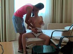 Молодая парочка неторопливо расслабляются в отеле