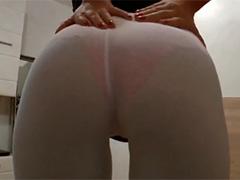 Девушка возбуждает друга белыми обтягивающими штанишками
