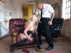 Анальное наказание в грязном подвале для плохой девчонки